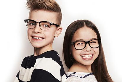 Mädchen und Junge mit Kinderbrillen